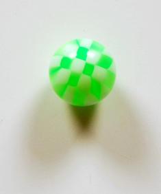 Grön/vitrutig piercingkula