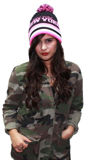MÖSSA, Knitted Beanie w/ Pom Pom- New York- Black/Pink